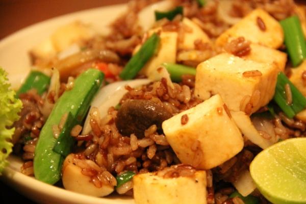 Paistettu riisi vihanneksilla.