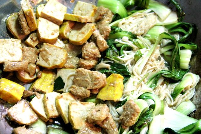 Paistettua keltakuorista tofua (en oikein tiedä miksi joskus ne ovat kurkumalla tai jollain värjättyjä päältä päin), tempeä, paksoita ja enokisieniä.