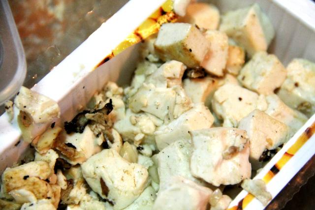 Kokeilin paistaa myös pehmeää tofua kuutioina, mutta vaatisi uppopaistomaista öljymäärää, jotta ne eivät tarttuisi pannuun ja rikkoutuisi.