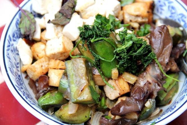 Paistos, jossa on sipulia, valkosipulia, munakoisoa (pieniä pitkiä ja käyriä vihreitä munakoisoja), pilvenkorvasientä ja tofua korianterin kanssa. Maustoin Healthy Boyn sieni-stir fry -kastikkeella.