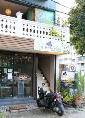 Ravintola sijaitsee kujalla toisessa kerroksessa. Talviaikaan tällaisissa avonaisissa ravintoloissa voi tulla illalla vilu.