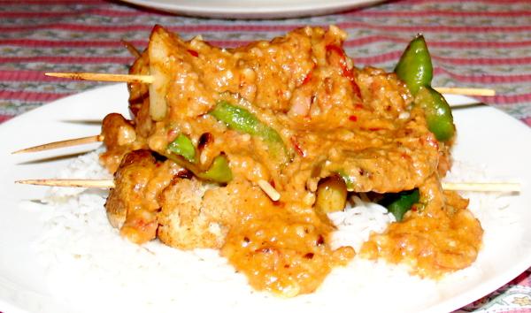 Jouluaaton illalliseksi söin Patnemin April 20:ssa satayta eli kasvisvartaita maapähkinäkastikkeessa.
