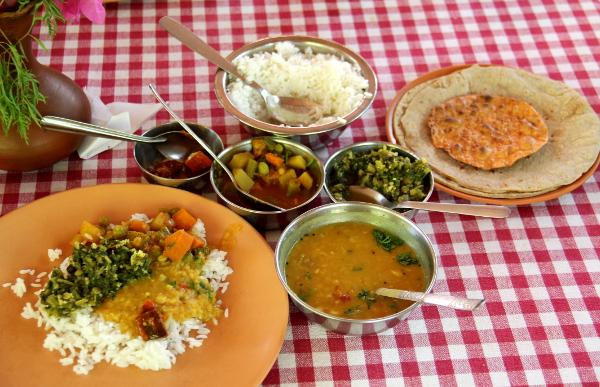 Seva´sin ravintolan thaliannos tuli kupposissa lokeroisen thalilautasen sijaan. Tämä oli kotiruokamaisempaa ja kevyempää kuin intialaisten ravintoloiden rasvaiset annokset yleensä.