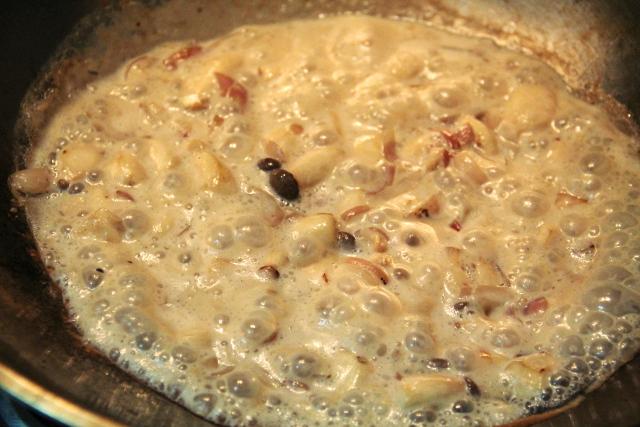 Sienet paistumassa kastikkeessa, jossa on sipulia, valkosipulia, suolaa, ruokaöljyä ja soijamaitoa.