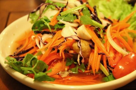 Sienisalaatti oli kovin vihanneksinen ja maustettu kuten raa´asta papaijasta tehtävä papaijasalaatti som tam.