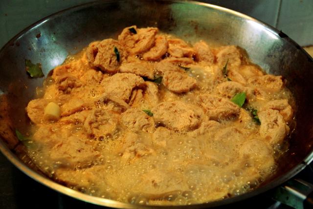 Soijapalat kiehumassa runsaiden mausteiden kera: sitruunaruohoa, galangaa, limen lehteä, punaista currytahnaa ja kookosmaitoa.