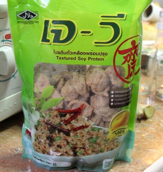 Näitä soijaproteiinipaloja ostin supermarketista, mutta joskus joitain tällaisia löytyy myyjien itse pussittamina toreiltakin.