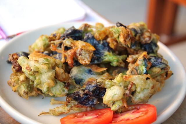 Tempurakukkia. Ravintolan nimi Anchan tarkoittaa thaiksi tätä sinistä kukkaa, joka näkyy tässä friteerattuna.
