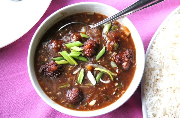"""Veg  manchurian  on """"kiinalainen"""" ruoka, joka löytyy monen ravintolan listalta Intiassa. Siinä on milloin minkäkinlaisia mykyjä kastikkeessa."""