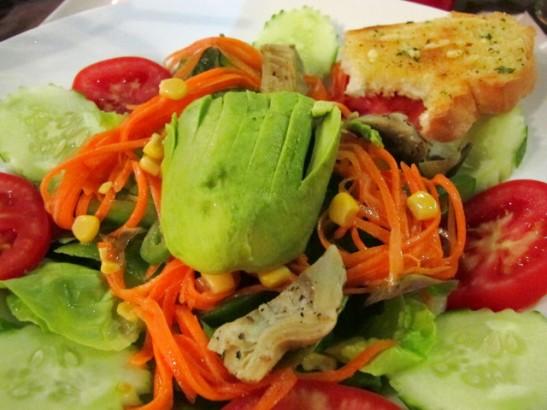 Salaatti avokadolla ja artisokalla. Voi olla että tilasin salaatin vähän mieleisekseni soveltaen.