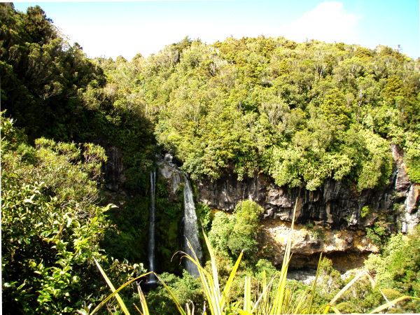 Ihan vuoren lähellä on Dawson Falls.