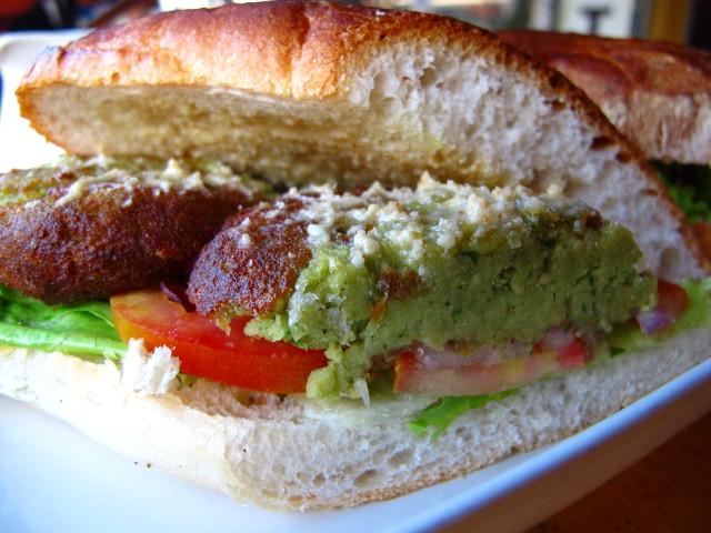 Cappucinon falafelleipä, johon näköjään vuosi sitten tilasin hummusta zatzikin tilalle.