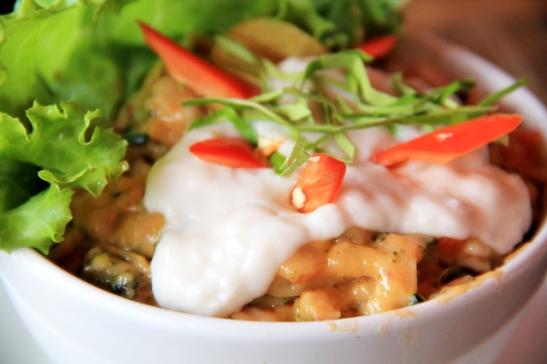 """Haw mook -ruoka tuli tällaisessa kupissa. Olen joskus nähnyt haw mookia Thaimaan kasvisravintoloissa myytävänä banaaninlehtikupposissa ja ihmetellyt mitä tuo kookoskermalla päällystetty mössö on. Netissä löysin haw mookille kuvailun """"fish mousse""""."""