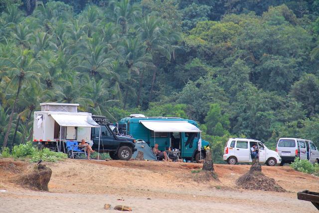 Erikoinen juttu oli, että Agondan rannan eteläpäässä oli parkkialue, johon myös karavaanarit voivat majoittua rannan ääreen. Nämä olivat todellisia maailmankiertäjiä, tulleet ajoneuvoillaan Euroopasta Intiaan.