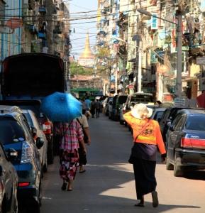 Yangonissa oli paahteista ja joka toinen nainen suojautui auringonvarjolla.