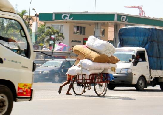 Jokea ehkä käytetään tosi paljon rahtaamiseen ja Yangonissa tosiaan näki miten ihmiset ja polkupyörät kantoivat kuormia kuten autotkin.