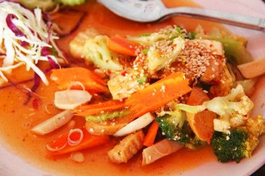 Isaan-salaatilla kulkeva lämmin salaatti, joka on Thaimaan Isaanin alueelta tuleva laab-niminen salaatti, jossa on lihaa ellei sitä sitten tällä tavalla osta kasvisravintolasta kasvisnakein.