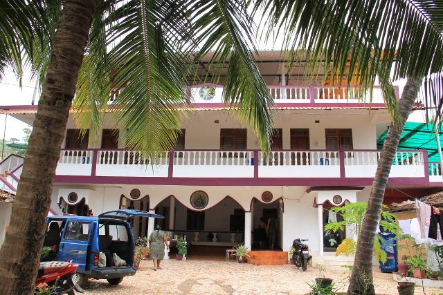 Yksi kylänraitin majapaikoista Fatima guest house, jonka yhteydessä on Sampoorna-joogakeskus, joka opettaa joogaopettajia.