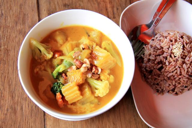 Massaman currya ja riisiä Koh Taon ensimmäisessä kasvisravintolassa.
