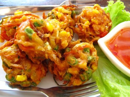 Näitä friteerattuja taikinavihanneksia kutsutaan jostain syystä nimellä No name. Niitä saa ainakin Koh Taolla useammasta paikasta ja samantapaisia varmasti kaikkialla Thaimaassa.