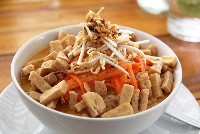 Ying & Yangissa on nuudelicurryannos, joka on niin messevä ja riisinuudelia on siihen suhteessa pohjalla niin vähän, että kyytipojaksi tarvitsee tilata riisiäkin.
