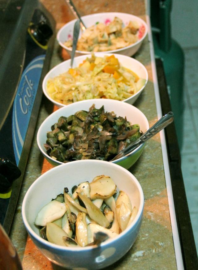 Paistettua ruokaa kipoissa. Edessä paistettuja sieniä, sitten on paistettua munakoisoa, sipulia ja pilvenkorvasientä, sitten on sekalainen sekoitus kaalia, kurpitsaa ynnä muuta ja viimeisenä tofua.