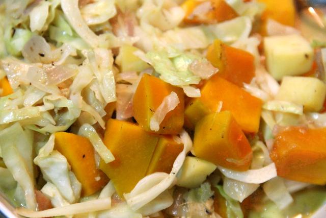 Sipulia, valkosipulia, kaalia, kurpitsaa, varmaan sientäkin, kookosmaitoa, punaista currytahnaa ja soijakastiketta.
