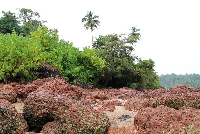 Rannan pohjoispäässä on punaisia kiviä.