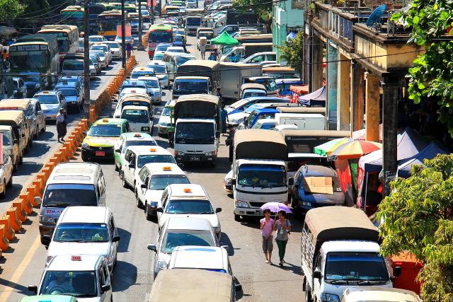 Ruuhkaa Yangonissa. Aurinko paahtoi.