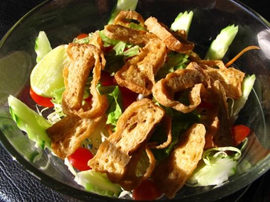 Salaatti tönkkörapeaksi paistetulla tofulla, en muista missä tämän olen syönyt.