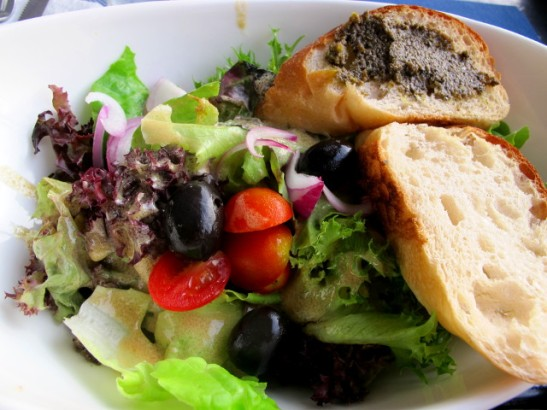 Salaatti (n. 100 bahtia) Koh Taon ravintola Farangissa oli yhtä hyvä kuin muistin sen olleen 3 vuotta aiemminkin sinappisine kastikkeineen.