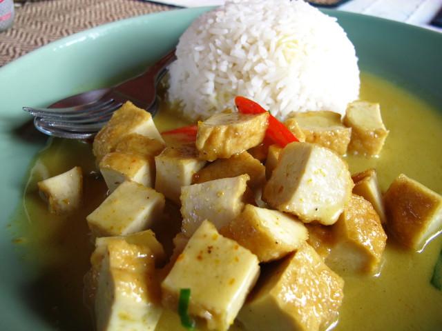 Tästä ravintolasta saa hiukan halvempia annoksia, joissa kastike ja riisi olivat samalla lautasella.