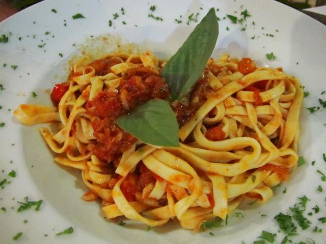 Tomaattipasta joka ei yltänyt Famoson pastojen tasolle.
