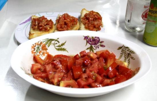 Tomaattisalaatin ja bruschettojen tomaattihakkelukset olivat samalla tavalla maustettuja ja suolaisia.