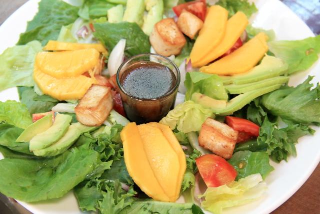 Salaatti mangolla, avokadolla ja paistetulla tofulla.