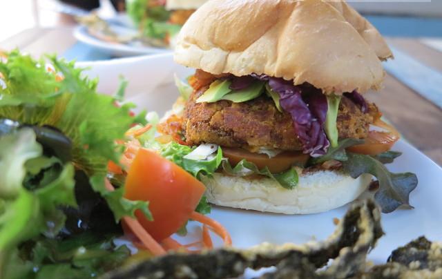 I Love Saladin vegeburgeri. Lautasella tuli myös etualalla pilkottavia tempuroituja norilevälevyjä, joista tykkään.