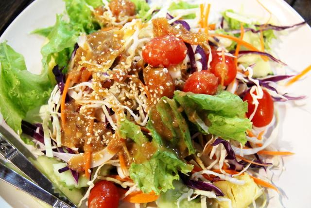 Vegetable salad hyvällä pähkinäisellä makealla kastikkeella.