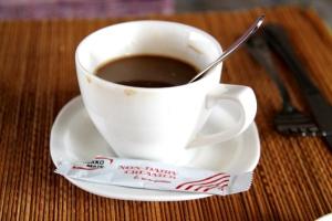 Kahvi ja maidotonta jauhetta.