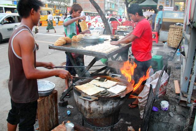 Katuruokakoju, jossa valmistettiin vissiin samasta taikinasta paranthoja ja linssikastikkeella täytettyjä lettuja.