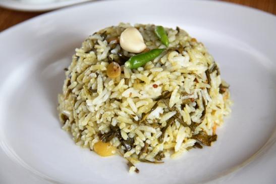 Paistettu riisi säilötyillä teelehdillä ja paahdetulla valkosipulilla majapaikkani aamiaisella.