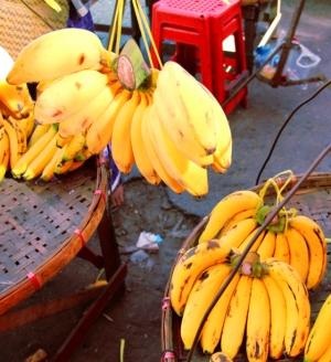 Tässä ylhäällä näkyviä pulleita banaaneja minun piti ostaa, niin mielenkiintoisen pulleita olivat. Mutta eivät erityisen makuisia ja olivat vähän mössöisempiä koostumukseltaan kuin useimmat muut banaanilaadut.