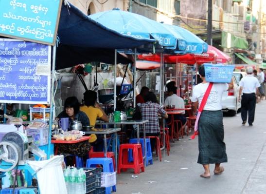 Ruokailukatos jollain Yangonin keskustan kaduista.