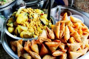 Samosoita ja perunasekoitusta, jota todennäköisesti on myös niiden sisällä.