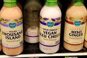 Vegaaninen sinihomejuustosalaatinkastike myynnissä Santa Monica Boulevardin Whole Foodsissa.