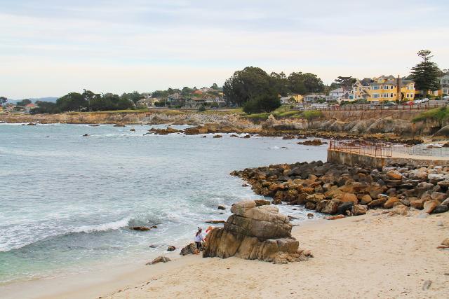 Montereyssa oli rannan tuntumassa kadehdittavan kivoja taloja.