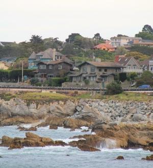 Taloja Montereyn rannalla.