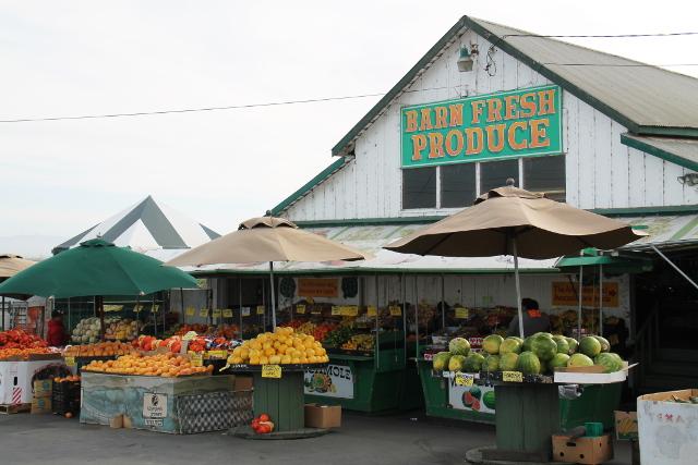 Joskus tien varrella oli vihannes- ja hedelmäkauppoja. Tämän ympärillä oli isot artisokkaviljelmät.