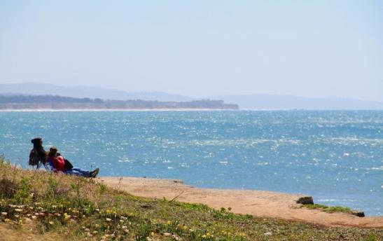 Rannalla on ainakin huhtikuussa niin viileää ja tuulista, joten rantaelämään pitää varustautua lämpimästi.