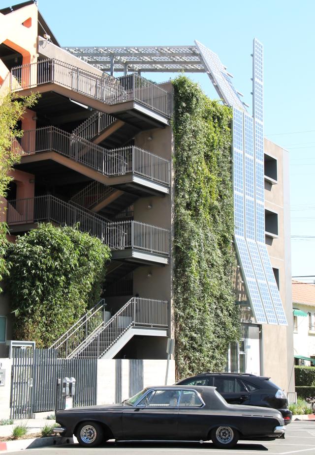Aurinkopaneelia seinässä ja katossa saisi olla kaikissa rakennuksissa aurinkoisessa Kaliforniassa.