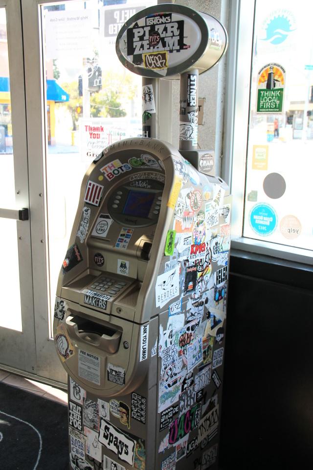 Jenkeissä nostoautomaatit löytyvät yleensä ravintoloiden ja kauppojen sisältä.
